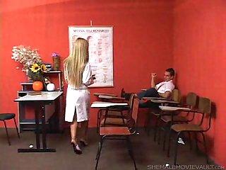 Versaute Lehrerin, Tgirl verführt einen Studenten