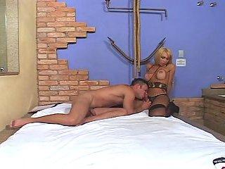 Brutale Arscheinschiebungen von einem blonden Tgirl