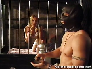 Petite blond shemale Kommt ucker getransexsuell screwed in cage