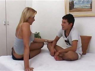 Lecker blonde Transe mit großen Brüsten fickt einen Typen