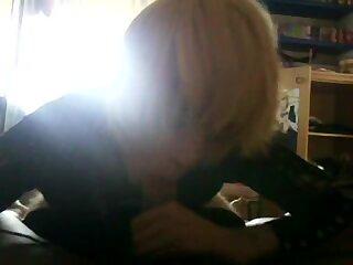 Blondes italienisches Crossdresser-Blaszeug