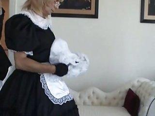 Hübsche Donna und ihr Crossdresser-Dienstmädchen