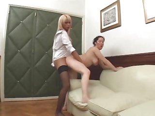 Blondine in Strapsen fickt ein Girl