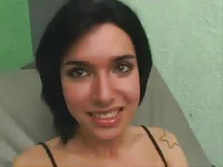 Diese hübsche Transe mag Kondomsex