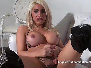 Blonde Transe mit großen Titten wichst auf der Couch