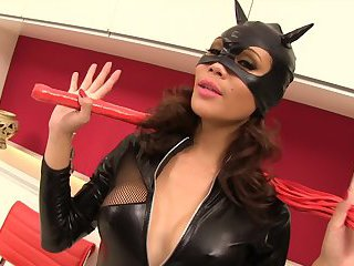 Catwoman Ladyboy ohne Kondom gefickt
