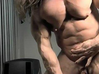 Muskulöser Hermaphrodit wichst kleinen Schwanz