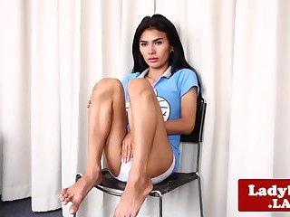 Thai Ladyboy wichst sich bis zum Höhepunkt