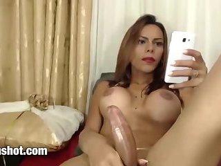 Wunderschöne Latina Transe mit großem Schwanz
