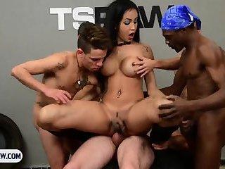 Latina hübsche Transe mit großen Titten beim Gangbang mit ein paar Typen