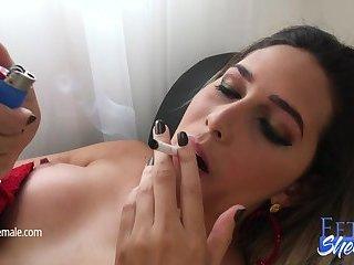 Sexy Bellatrix Fontes raucht und masturbiert