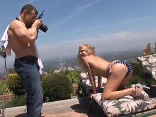 Bodybuilder fickt blonde Transe ohne Kondom
