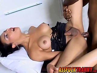 Schöne Ladyboy Laisa Lins genießt es, wenn man hart in den Arsch gefickt wird