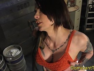 Bigbooty Transsexuelle femdom rimmed by sub Hängst