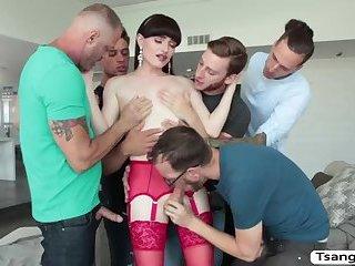 Transe Natalie Mars liebt Orgie miot 5 großen harten Schwänzen
