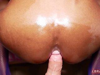Ladyboy Jina spielt und hat Sex ohne Gummi