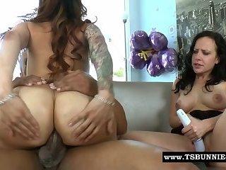 Girl mit großem Titten wird von Transenschwanz geil gemacht