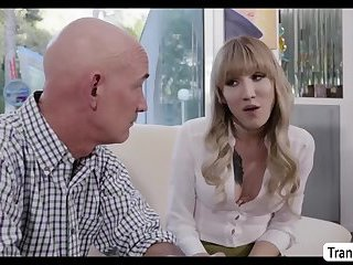 Trans-Babe Lena Kelly reitet Smiths harten Schwanz Cowgirl-Style