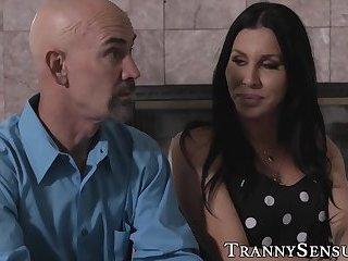 Vollbusige Transe Marissa Minx von Swinger energisch anal gefickt