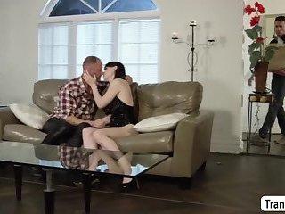 Transe Natalie Mars wird fast beim Sex mit einem Kerl erwischt